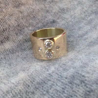 Nydelig gullring med diamanter